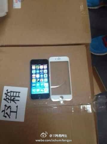 """iPhone6のフロントガラス<br />""""></p> <p>とにかくiPhone6は画面が大きくなる可能性は高そうですね</p> <p><BR></p> <p>下の写真はちょっと前にweiboで流出した「iPhone 6」の製造用の金型でiPhone 4sと並べて比較しています。4.7インチモデルの金型らしいとのことでが、本物かは不明です。<br /><img src="""